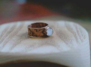 Кольца ручной работы Колечко с белым кошачьим глазом