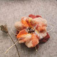 Осенний цветок-брошь из шерсти