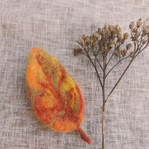 Brooches Осінній листочок-брошка з вовни