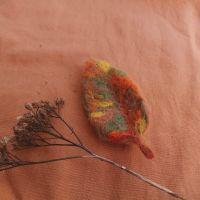 Осенний листочек-брошь из шерсти