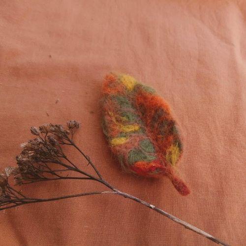 Осенний листочек-брошь из шерсти - изображение 1