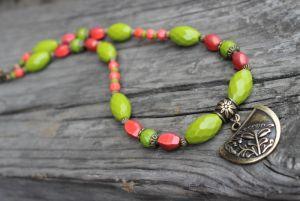Ожерелье оливковое с коралловым
