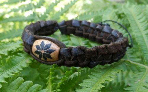 Плетеный кожаный браслет со славянским оберегом Алатырь