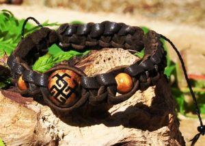 Коричневый браслет Плетеный кожаный браслет со славянским оберегом Сварожич