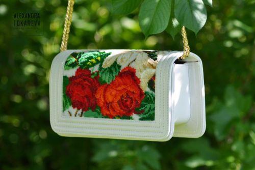 Эксклюзивный клатч ручной работы вышитый бисером «White lilies»
