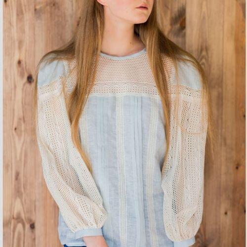 Блуза голубая с кружевным рукавом