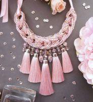 Колье с кистями персиково-розовое