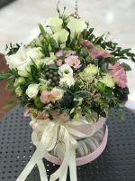 Подарункова коробка з квітами та солодощами у двох рівнях