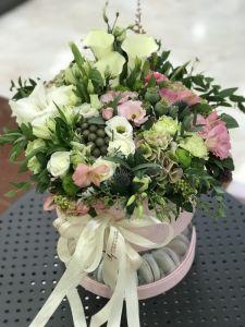 Кондитерские изделия ручной работы Подарочная коробка с цветами и сладостями в двух уровнях