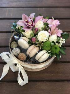 Подарункові набори ручної роботи Дерев`яна коробка з квітами та солодощами