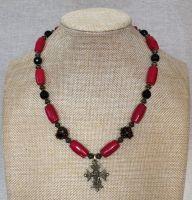 Коралловое ожерелье с агатом и гуцульским крестом