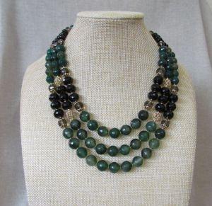 Ожерелье из зеленого агата с кистями