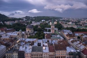 Львівські дахи перед грозою