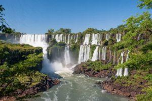 Высокий водопад Игуасу в Аргентине