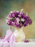 Цветы в белом кувшине