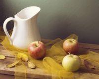 Яблоки и белый горшок