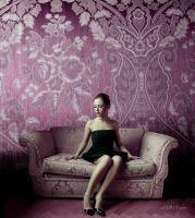 Модель в фіолетовій кімнаті