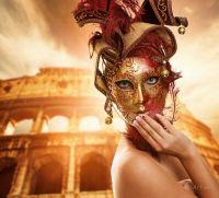 Красивая женщина перед Колизеем