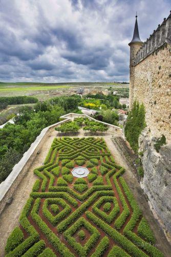 Средневековый дворец и парк