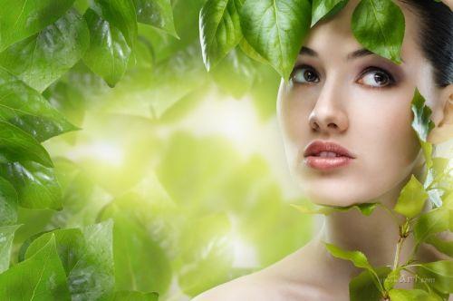 Девушка в зелени