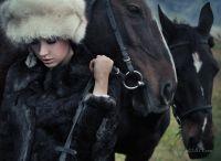 Модель и лошади