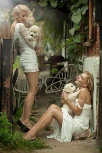 Девушки с белыми щенками