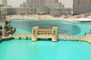 Мост через искусственное озеро в Дубае