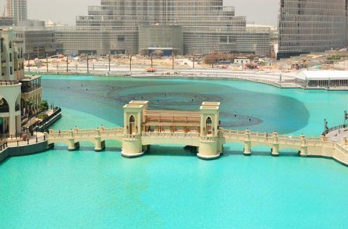 Мост через искусственное озеро в Дубае - изображение 1