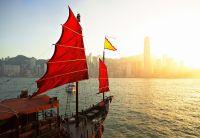 Парусник в гавани Гонконга