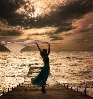 Женщина в платье на море