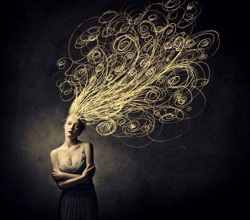 Красивая женщина с запутанными кривыми вместо ее волос