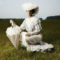 Женщина в винтажном платье