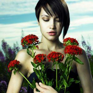 Портрет девушки с букетом цветов