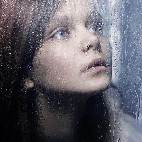 Портрет девочки за мокрым стеклом