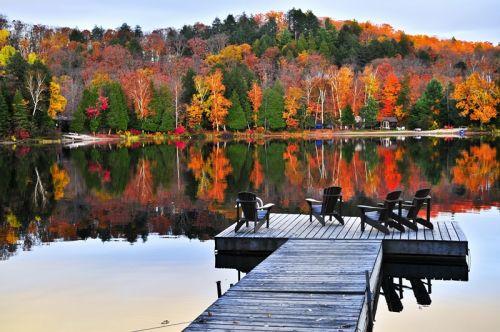 Дерев'яний причал на Осінньому озері