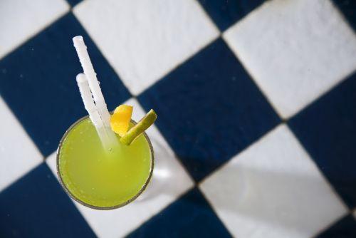 Красочные тропические коктейли на керамической плитке