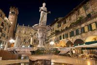 Пьяцца делле Эрбе ночью в Верона, Италия