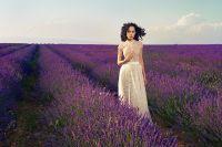 Романтичная женщина в лавандовом поле