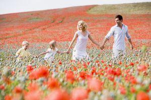 Семейные прогулки в маковом поле