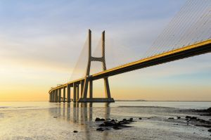 Васко да Гама мост на рассвете, Лиссабон