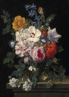 Букет цветов в стеклянной вазе с жуком и бабочкой на каменном выступе