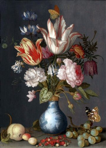 Цветы в сине-белой позолоченной вазе