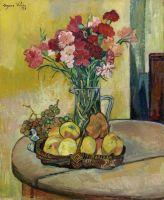 Корзина с яблоками, ваза с цветами и виноград