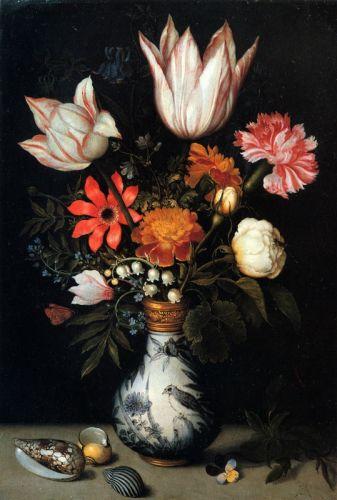 Тюльпаны, розы, белые и розовые гвоздики, незабудки и другие цветы в вазе