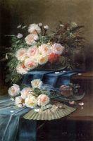 Цветы, веер и стакан на застеленном столе