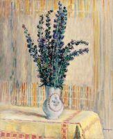 Кувшин с цветами на столе