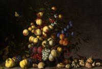 Различные фрукты в вазе с насекомыми и ящерицей