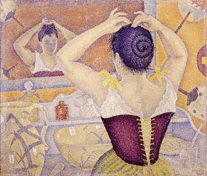 Женщина делает прическу