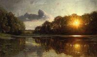 Захід сонця біля лісового озера