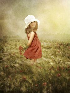 Маленькая девочка в поле